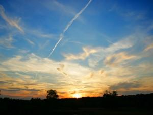 Nubes dispersas al atardecer