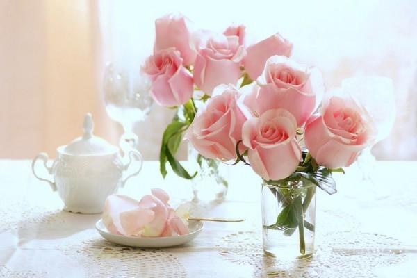 Ramo de rosas rosas en un florero