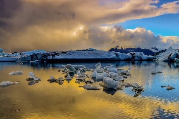 Trozos de hielo en el agua
