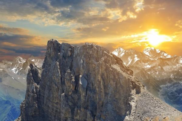 Grandes montañas y el sol
