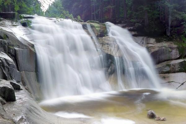 Cascada y rocas lisas