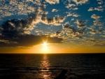Brillante sol en el mar