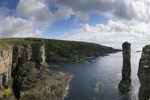 Acantilado y alta roca en el mar