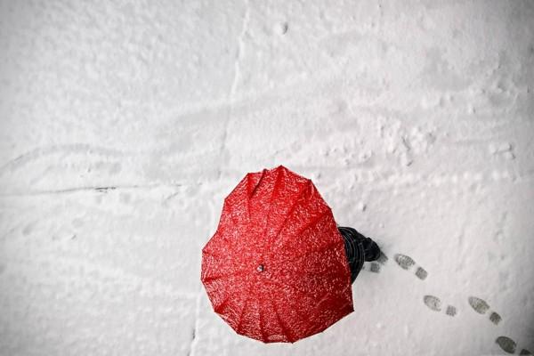 Paraguas rojo en la nieve
