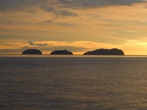 Postal: Tres islas vistas al atardecer
