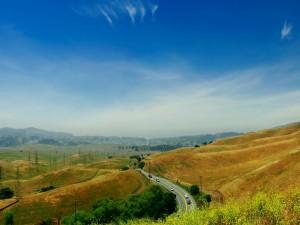 Postal: Cielo azul sobre la carretera