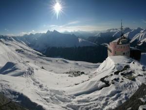 Brilla el sol en la pista de esquí