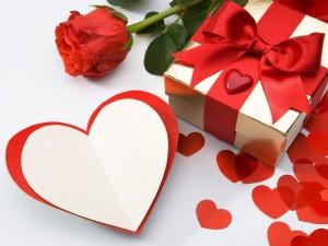Postal: Tarjeta de corazón y regalos