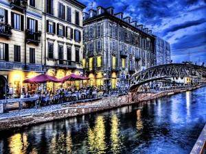 Postal: Gente paseando por el puente