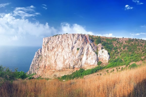 Vista del acantilado y el mar
