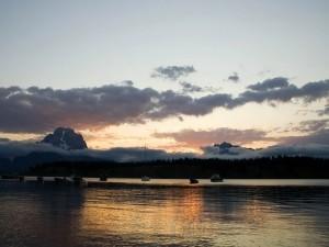 Postal: Barcos en el agua al anochecer