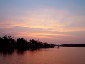 Luz en el río al caer la noche