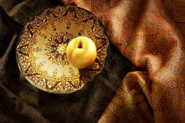 Manzana en un bonito plato