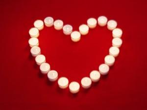 Corazón con velas para el Día de los Enamorados