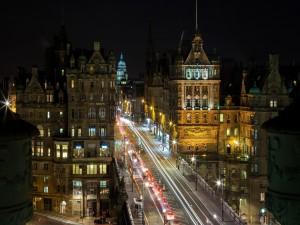 Postal: Carretera iluminada en Edimburgo
