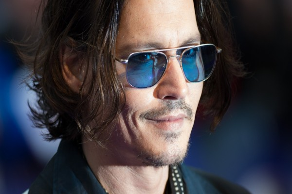 El actor Johnny Depp con gafas azules