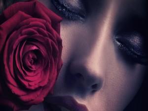Postal: Mujer pensativa junto a una rosa