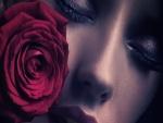 Mujer pensativa junto a una rosa