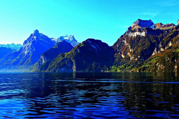 Montañas y lago en Suiza