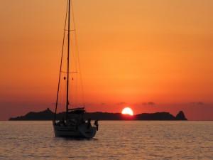 Embarcación recibiendo los primeros rayos del sol