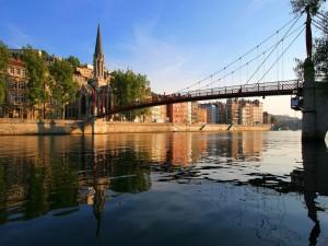 Puente sobre un río tranquilo