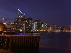 El río Támesis en la noche