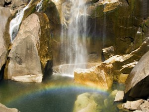 Postal: Arcoíris bajo la cascada
