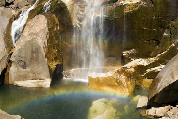 Arcoíris bajo la cascada