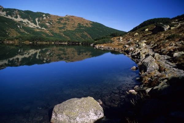 Piedras bordeando el lago
