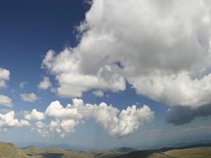 Postal: Grandes nubes moviéndose en el cielo