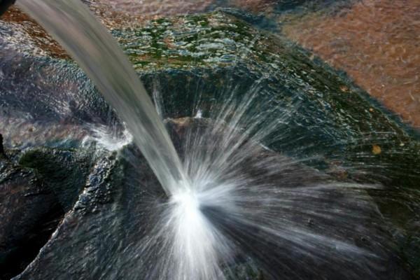 Chorro de agua sobre la roca