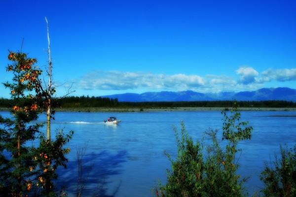 Barco en un río de Alaska