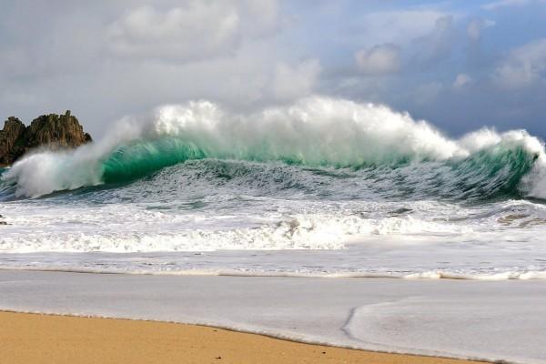 Fuerte oleaje en la playa