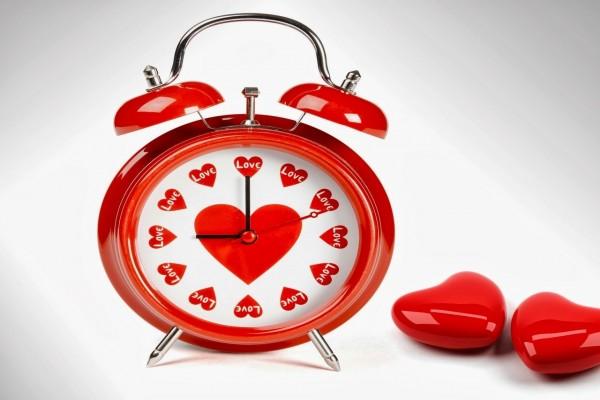Reloj despertador con corazones