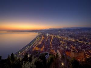 Postal: Vista aérea de la ciudad y el mar