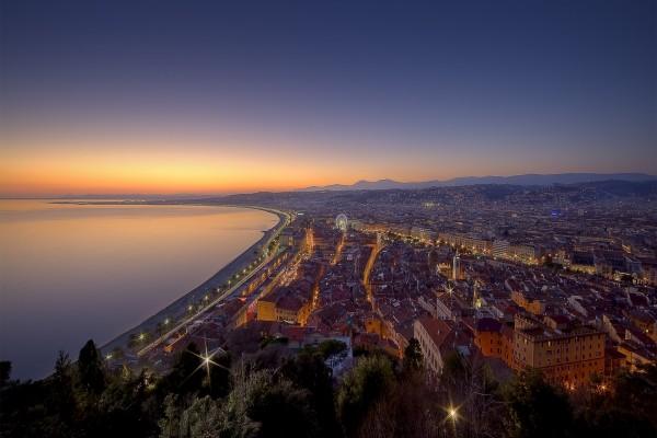 Vista aérea de la ciudad y el mar