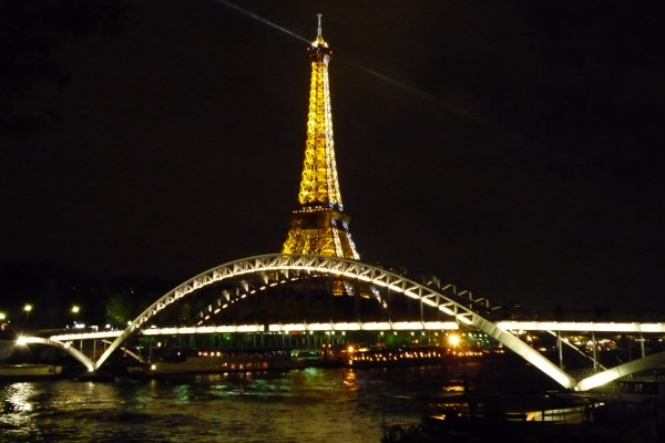 La Torre Eiffel bañada de luces doradas