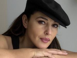 Monica Bellucci con gorra