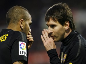 Messi y Alves en un partido