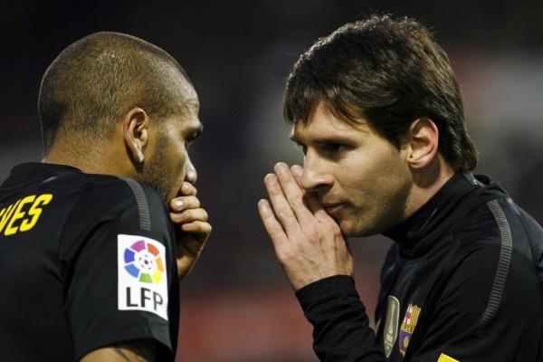 Messi y Alves en un partido