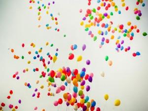 Postal: Globos de colores elevándose hacia el cielo