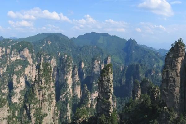 Grandes formaciones rocosas con vegetación