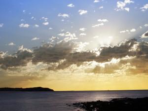 El sol oculto sobre el mar
