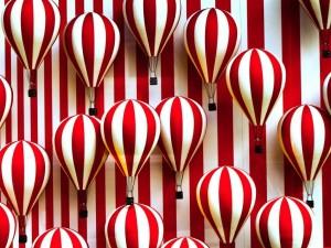 Postal: Globos rayados blancos y rojos