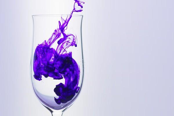 Pintura púrpura dentro de una copa de vidrio