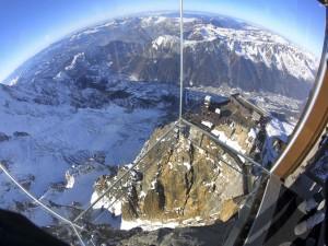 "Vista de los Alpes desde la caja de cristal ""Pas dans le Vide"""