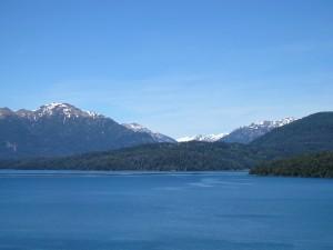 Cielo azul sobre el lago y las montañas