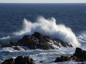 El mar chocando contra las rocas