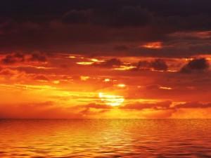 Postal: Atardecer anaranjado en el mar