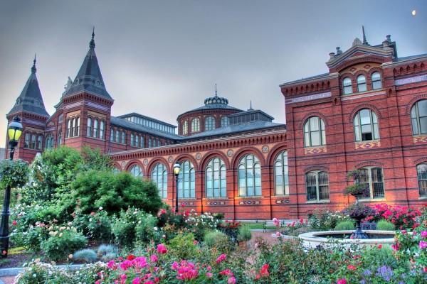 Bonito jardín junto al edificio